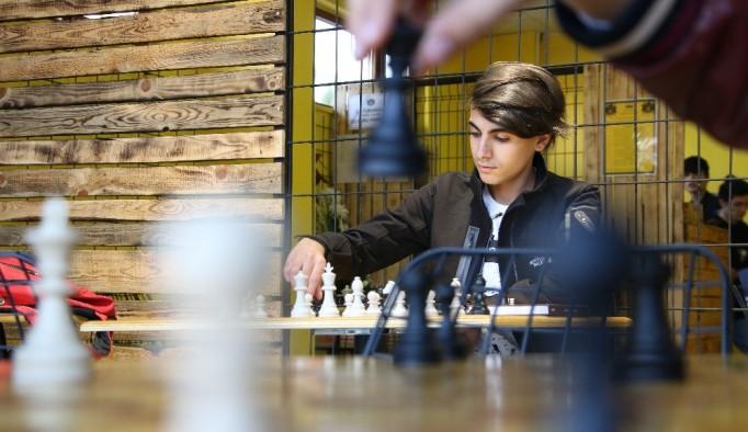 16 yaşındaki Onur, hayata adımlarını satrançla atıyor