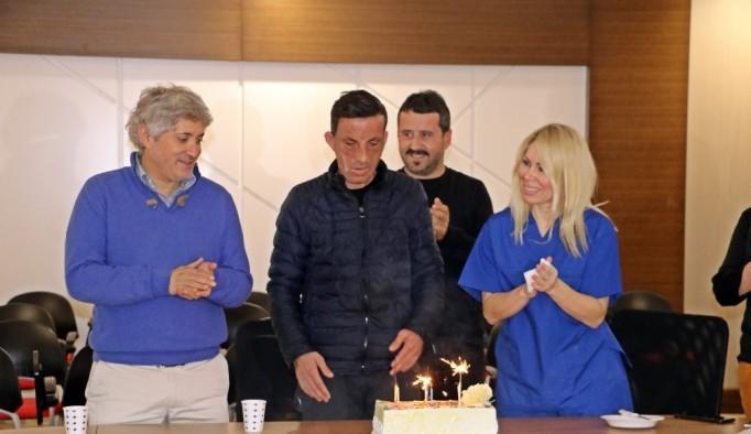 Uğur Acar, yüz naklinin 8'inci yılını pasta keserek kutladı