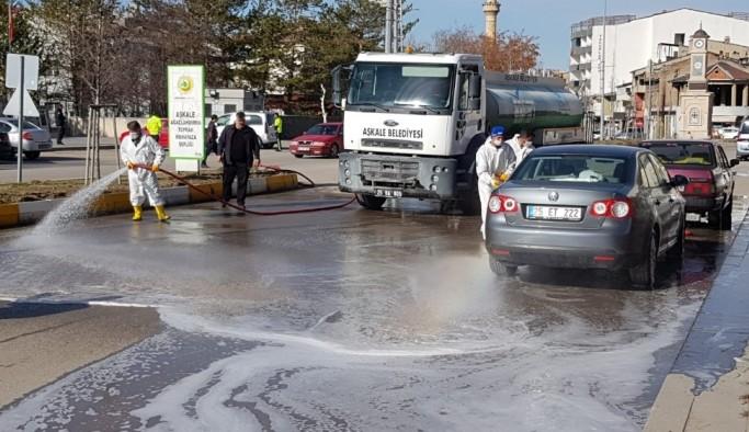 Aşkale, cadde ve kaldırımları dezenfekteli suyla temizledi