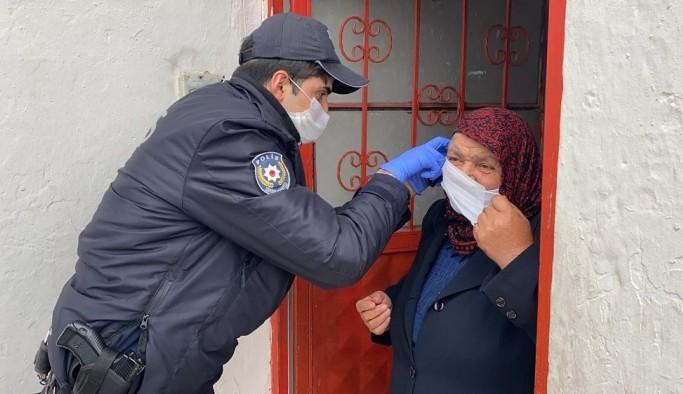 (Özel) Bankadan para çekmek isteyen 77 yaşındaki kadının yardımına polisler koştu