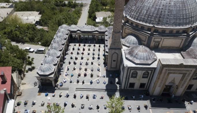 Ahlat'ta cami avlularındaki cuma namazı havadan görüntülendi