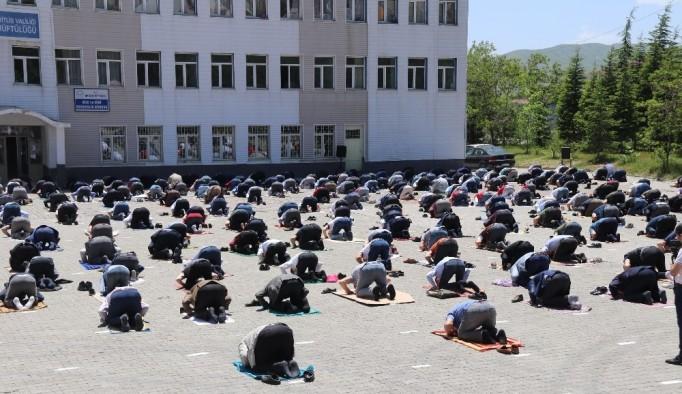 Bitlis'te 64 camide cuma namazı kılındı