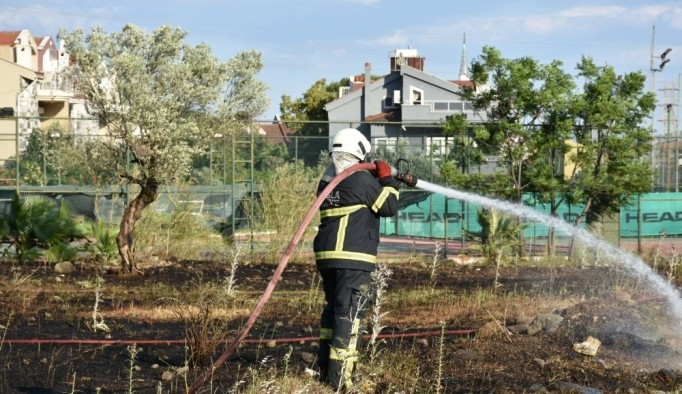 Marmaris'te boş arazide çıkan yangın söndürüldü