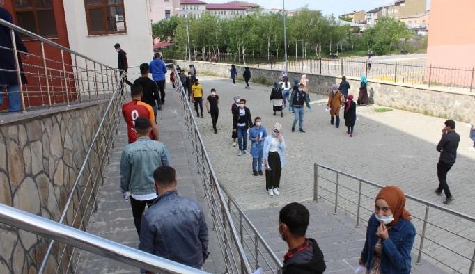 Erzurum'da Covid-19 önlemleri altında YKS heyecanı