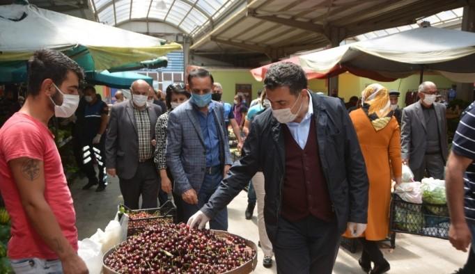 Başkan Demir, kapalı halk pazarına birim müdürleriyle çıkartma yaptı