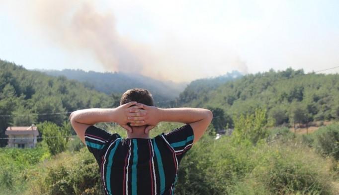 İzmir'deki orman yangınında alevler mahalleyi tehdit ediyor