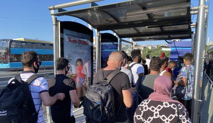 Küçükçekmece metrobüs durağında dikkat çeken yoğunluk