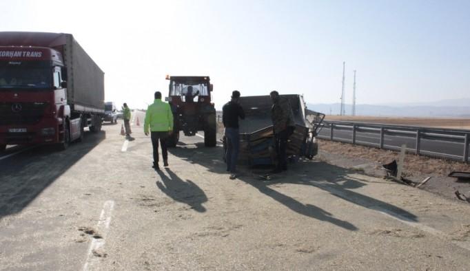 Ağrı'da traktör devrildi: 3 yaralı