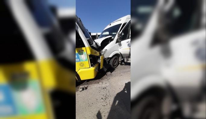 Servis ile minibüs kafa kafaya çarpıştı: 4 yaralı