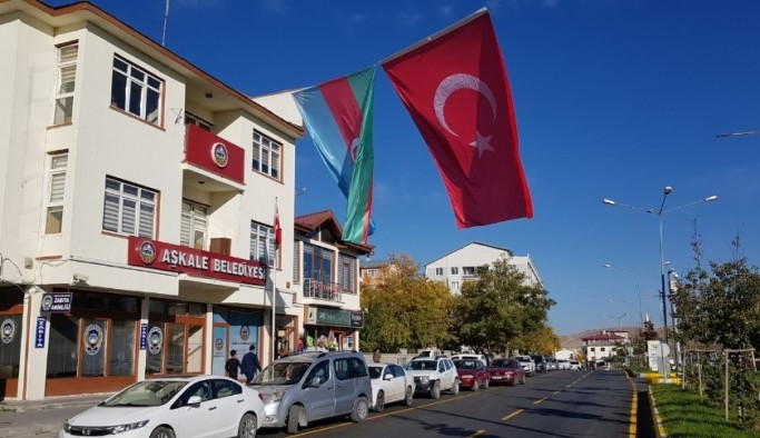 Aşkale Belediye binasına Azerbaycan ve Türk bayrakları asıldı
