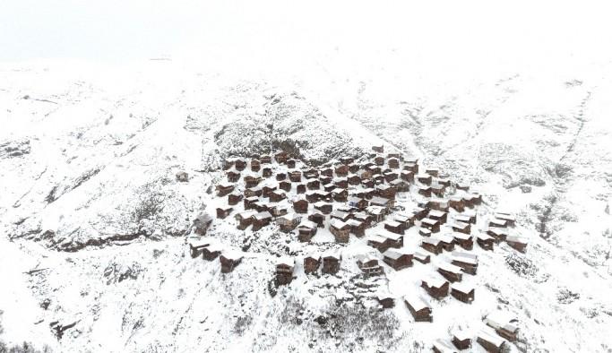 Ahşap evleri ile ünlü yaylanın kar manzarası havandan görüntülendi