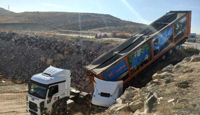 Çöp kamyonlarından dökülen atıklar yine kazaya neden oldu