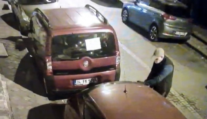 (Özel) İstanbul'da otomobilin camlarını kırıp ses sistemini çalan hırsızlar kamerada