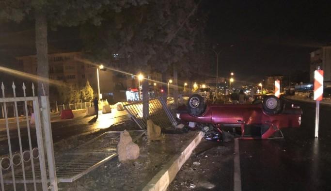 Yasağı delip sokağa çıkan sürücü ve arkadaşı kazadan sonra adeta buhar oldu
