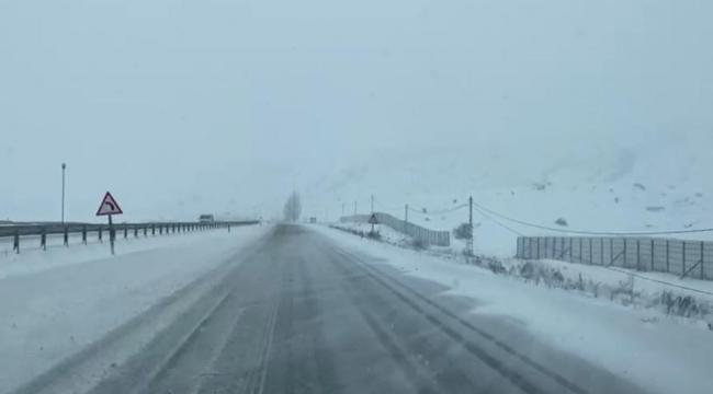 Erzurum - Horasan karayolunda kar ve tipi nedeniyle ulaşım güçlükle sağlanıyor