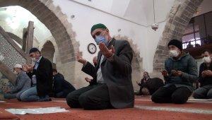 600 yıllık tarihi camide hatim geleneği sürdürülüyor