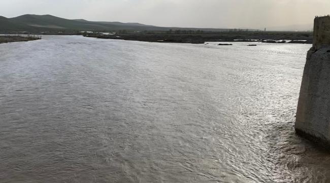 Eriyen karlar Aras Nehri'nde su seviyesini yükseltti, araziler su altında kaldı