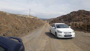 Heyelan nedeniyle kapanan yol sürücülere zor anlar yaşatıyor