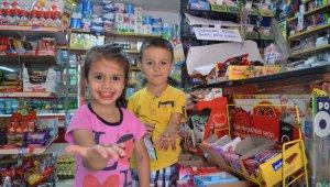 25 yıllık bakkal 'askıda bozuk para' kampanyasıyla çocukları sevindiriyor