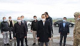 Kars Valisi kontrol noktalarında görevli güvenlik güçleriyle bayramlaştı