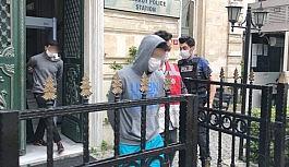 (Özel) Beyoğlu'nda yaşlı adama gasp dehşetini yaşatan zanlılar adliyeye sevk edildi