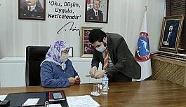 Başkan Sayan, yaşlı kadını makam koltuğunda ağırlayıp sorunlarını dinledi