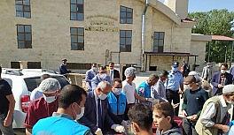 Çaldıran Belediyesi ürettiği nohudu pilav üstü olarak cami cemaatine ikram etti