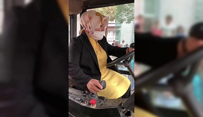 (Özel) Sancaktepe Belediye Başkanı Şeyma Döğücü'nün silindir operatörlüğü  ustalara taş çıkarttı